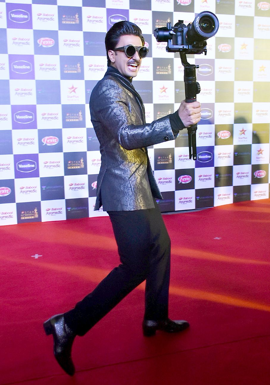 Ranveer Singh poses with a tripod and camera at the Star Screen Awards 2019