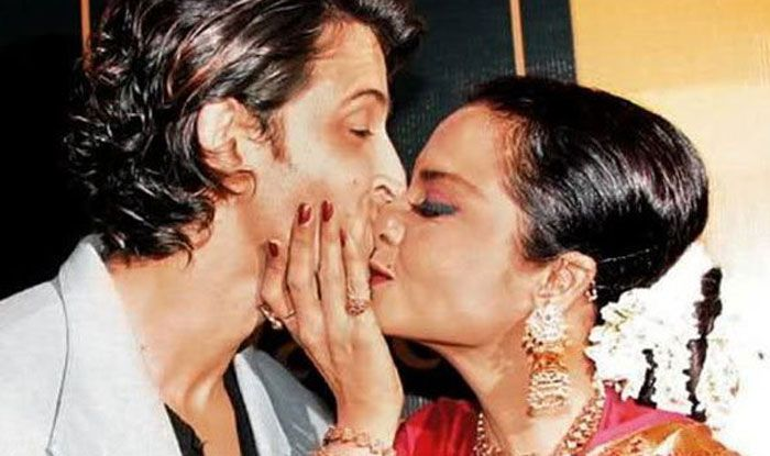 Rekha Birthday 10 October 2020 7 times actress kissed other Bollywood actors in public