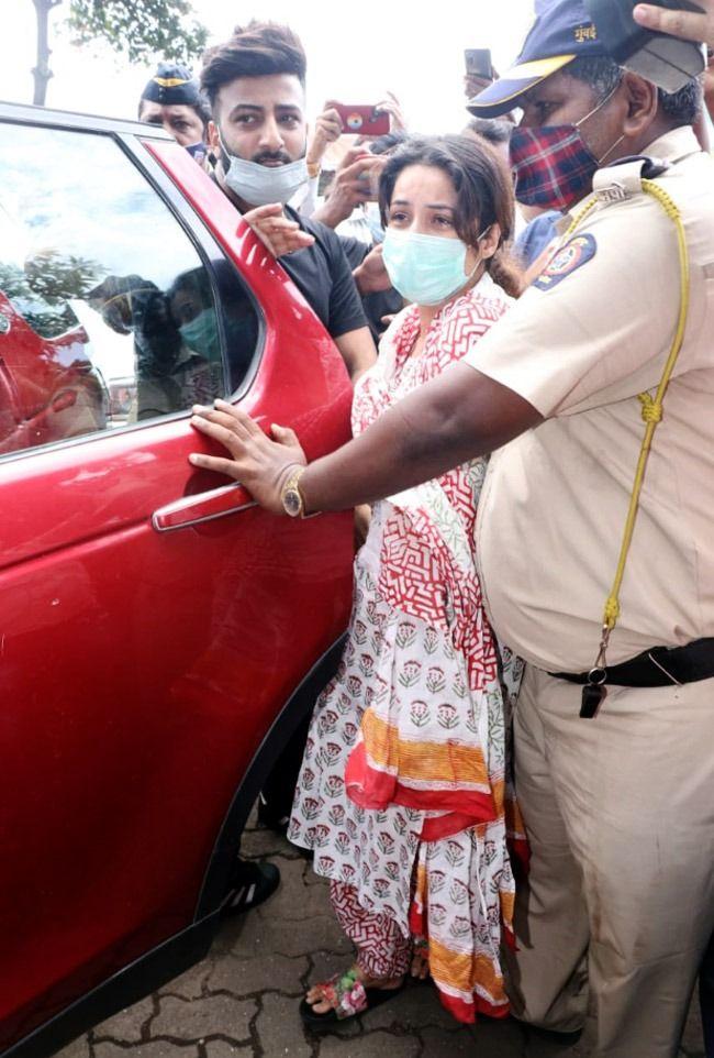 Shehnaaz Gill Breaks Down During Sidharth Shukla's Last Rites