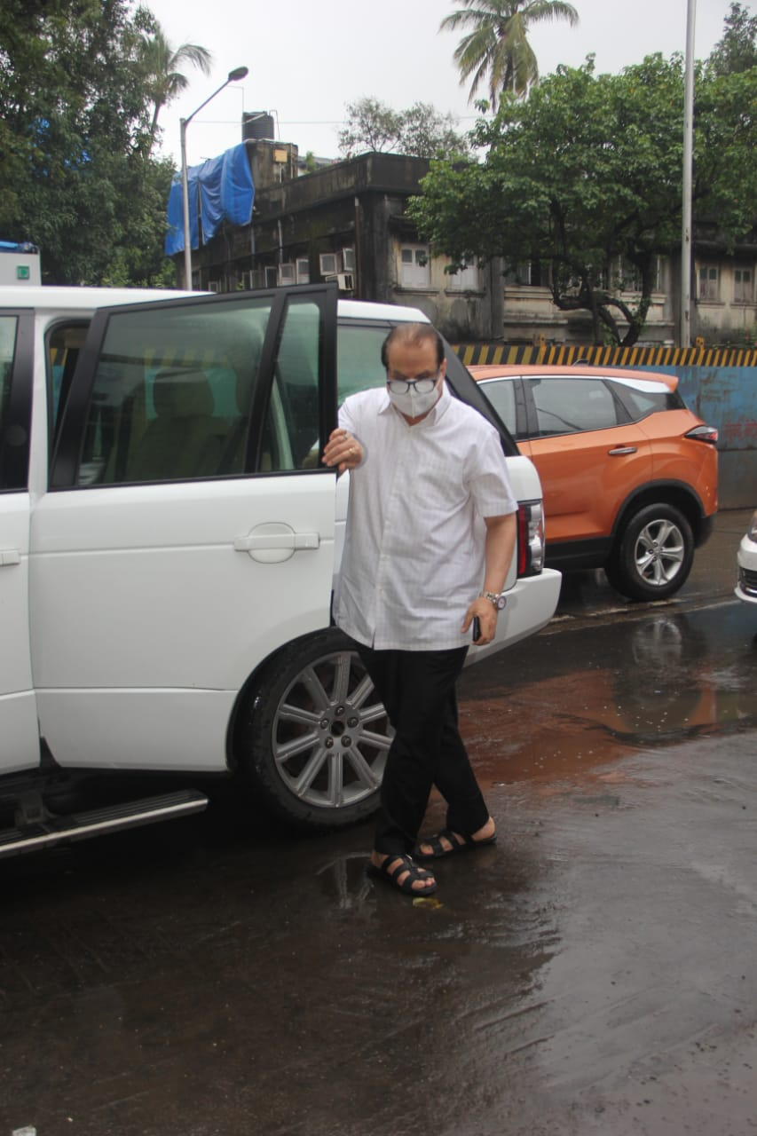 Ramesh Taurani also reached the crematorium for the last rites of Akshay Kumar's mother.