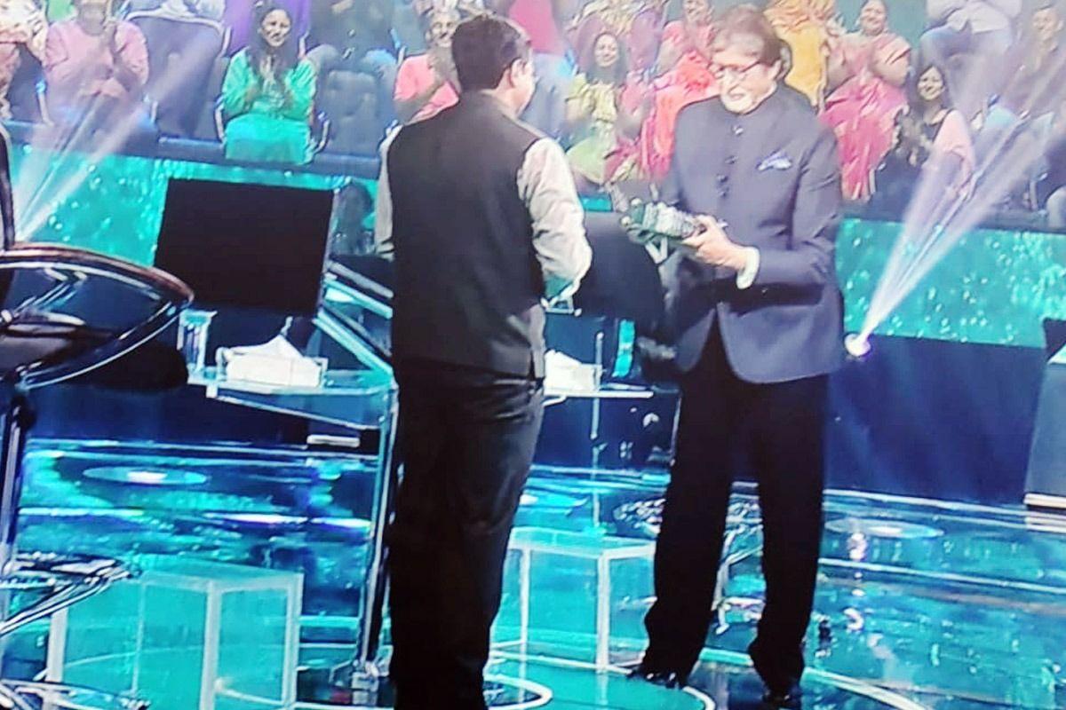 KBC 13: Prasad offers Amitabh Bachchan Modak to mark the occasion of Ganesh Chaturthi. Photo Credit: Sony Tv