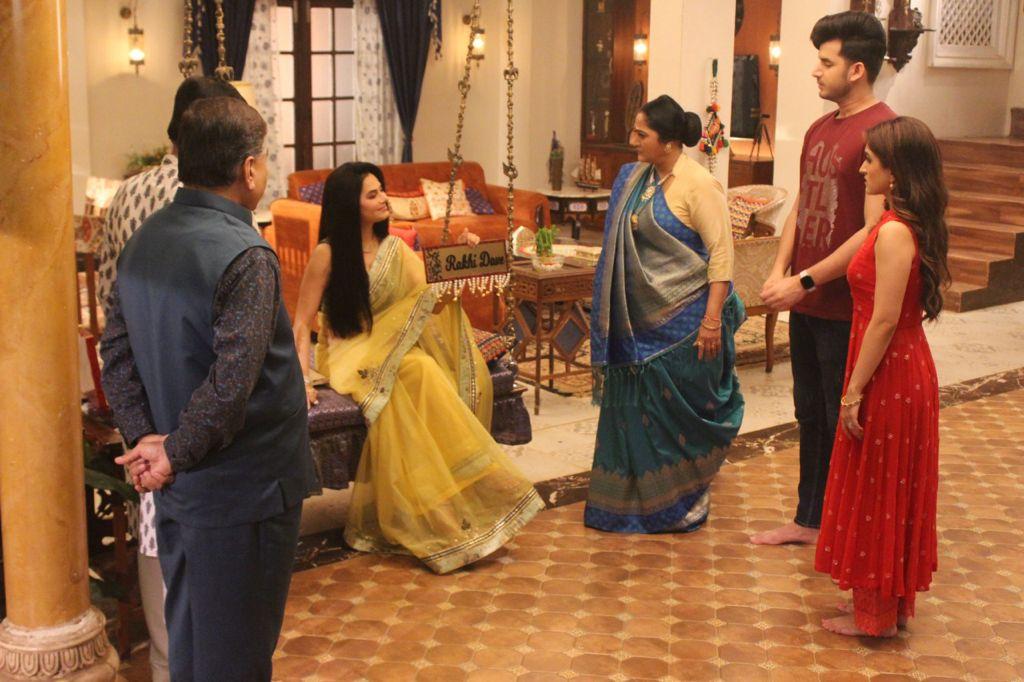 Rakhi Dave visits Shah family (Picture Credits: Team Anupamaa)
