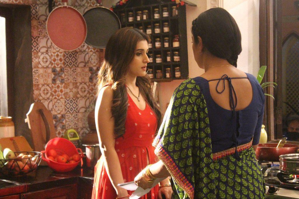 Kinjal informs Anupama about Rohan's evil plan (Picture Credits: Team Anupamaa)