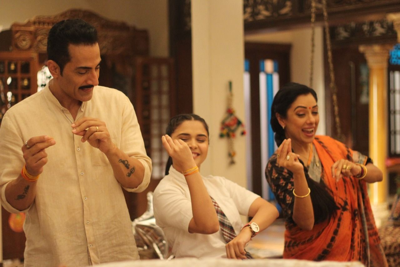Shah family dances on 'Itni se Khushi' (Picture Credits: Team Anupamaa)
